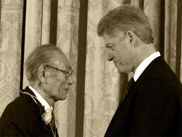 الرئيس بيل كلينتون يقلد فريد كوراماتسا وسام الحرية الرئاسي