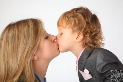 تقبيل الأطفال شعور فطري لكن تقبيل الأطفال في الفم له خطورته واضراره